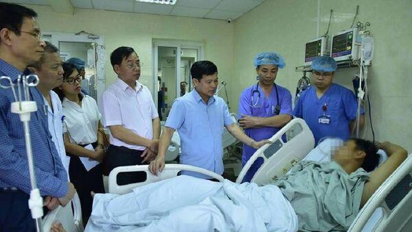 Phó Chủ tịch UBND TP Hà Nội Ngô Văn Quý thăm các bệnh nhân sốc ma tuý trong Lễ hội âm nhạc điện tử tối 16.9 đang điều trị tại viện E. - Sputnik Việt Nam