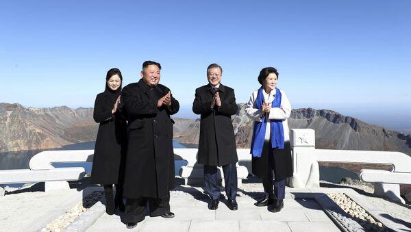 Hai nhà lãnh đạo của CHDCND Triều Tiên và Hàn Quốc thăm núi thiêng Paektu - Sputnik Việt Nam