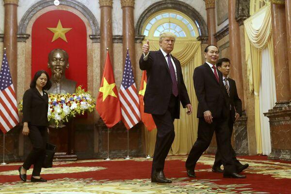 Tổng thống Mỹ Donald Trump và Chủ tịch nước Việt Nam Trần Đại Quang trong cuộc gặp tại Hà Nội - Sputnik Việt Nam