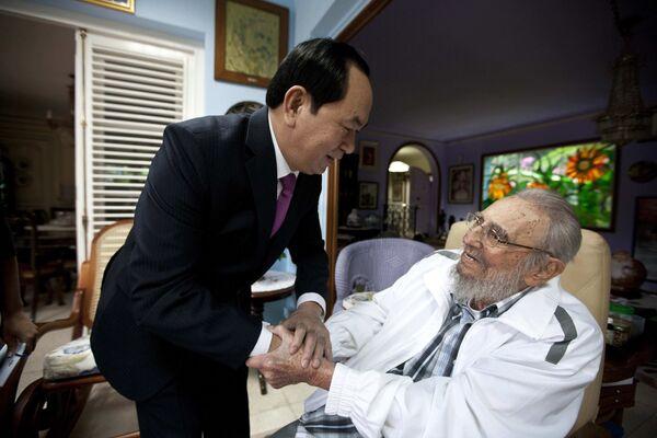 Chủ tịch nước Việt Nam Trần Đại Quang mạn đàm với cựu lãnh đạo Cuba Fidel Castro - Sputnik Việt Nam