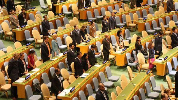 Đại diện các nước tham dự phiên họp của Đại hội đồng Liên Hợp Quốc dành một phút mặc niệm Chủ tịch nước Trần Đại Quang. - Sputnik Việt Nam