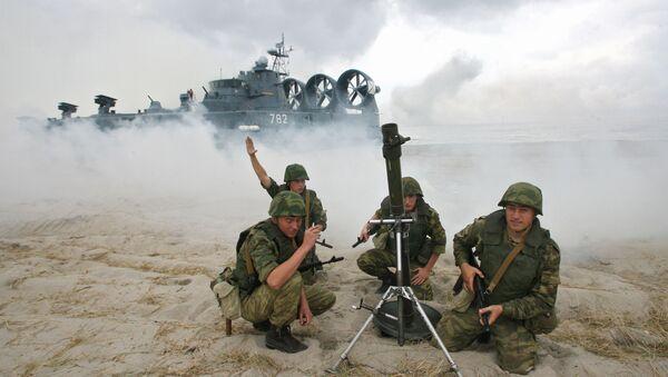 Pháo thủ súng cối trong thời gian tập luyện đổ bộ lính thủy từ tàu đệm khí Mordovia lên vùng bờ biển tự nhiên tại Baltiyskie để chuẩn bị cho cuộc tập trận Zapad 2009. - Sputnik Việt Nam