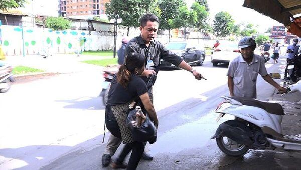 Người phụ nữ giằng lại thịt chó từ cơ quan chức năng - Sputnik Việt Nam