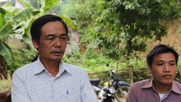 Ông Lương (áo trắng bên trái) nghi ngờ có uẩn khúc đằng sau cái chết của cháu mình. - Sputnik Việt Nam