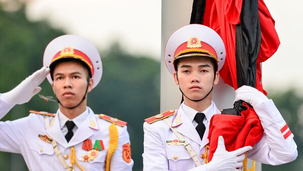 Cờ tổ quốc treo rủ trước lăng Chủ tịch Hồ Chí Minh ngày quốc tang - Sputnik Việt Nam