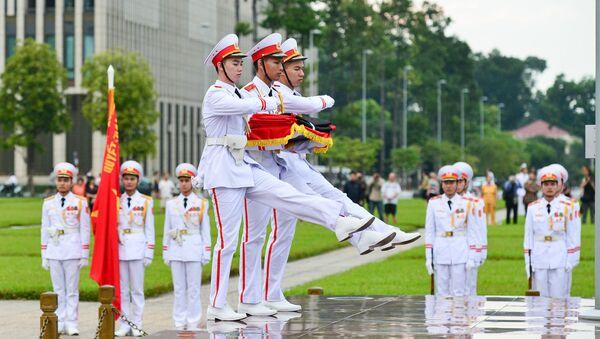 6h sáng 26/9, lễ thượng cờ rủ được tổ chức tại Quảng trường Ba Đình (Hà Nội) bắt đầu 2 ngày Quốc tang Chủ tịch nước Trần Đại Quang. - Sputnik Việt Nam