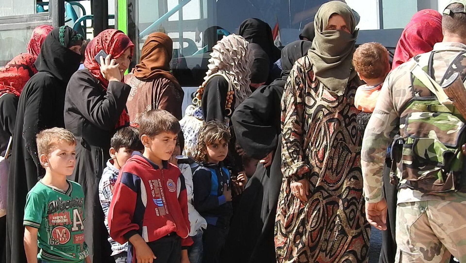 30 gia đình dân thường Syria đã có thể rời khỏi tỉnh Idlib hiện nằm trong vòng kiểm soát của bọn khủng bố. - Sputnik Việt Nam, 1920, 10.06.2021