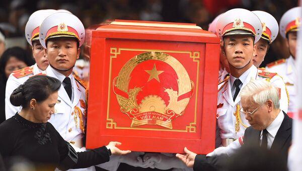 TBT Nguyễn Phú Trọng và Chủ tịch Quốc Hội Nguyễn Thị Kim Ngân tiễn đưa linh cữu - Sputnik Việt Nam
