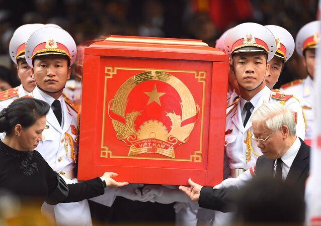 TBT Nguyễn Phú Trọng và Chủ tịch Quốc Hội Nguyễn Thị Kim Ngân tiễn đưa linh cữu