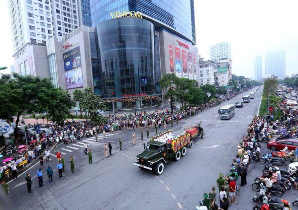 Đoàn xe tang Chủ tịch nước Trần Đại Quang di chuyển trên đường Nguyễn Chí Thanh. - Sputnik Việt Nam