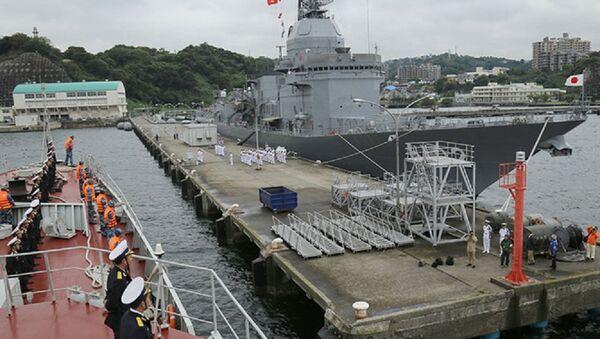 Cán bộ, thủy thủ chiến hạm Trần Hưng Đạo thực hiện nghi thức chào cảng Căn cứ Yokosuka - Sputnik Việt Nam