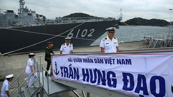 Sĩ quan, binh sĩ Căn cứ Yokosuka lên thăm chiến hạm Trần Hưng Đạo - Sputnik Việt Nam