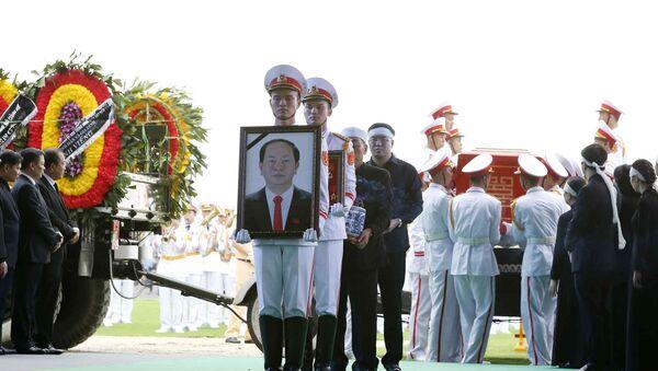 Đội tiêu binh rước di ảnh và chuyển linh cữu Chủ tịch nước Trần Đại Quang tại nơi an táng - xã Quang Thiện, huyện Kim Sơn, tỉnh Ninh Bình - Sputnik Việt Nam