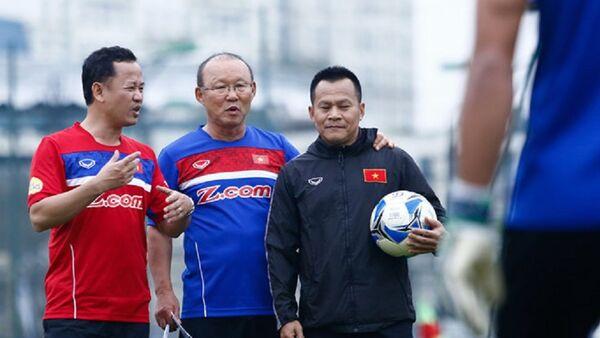 Trợ lý ngôn ngữ Lê Huy Khoa (áo đỏ) có thời gian dài đồng hành cùng HLV Park Hang-seo và tuyển U23, tuyển quốc gia Việt Nam. - Sputnik Việt Nam