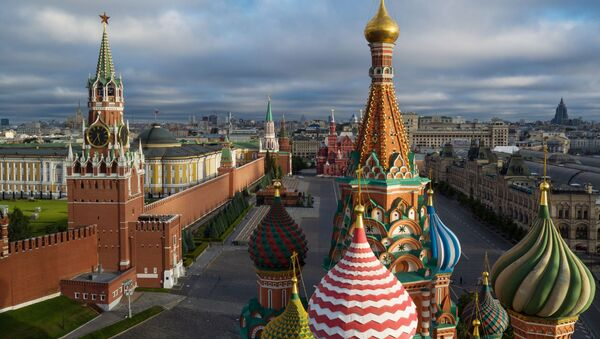Mái vòm của Nhà thờ Thánh Basil được ban phước trên Quảng trường Đỏ ở Moskva - Sputnik Việt Nam