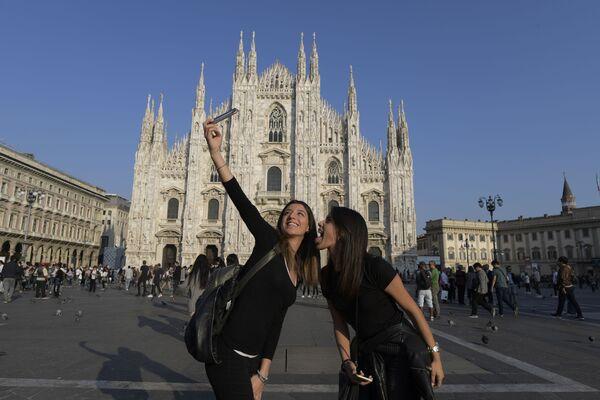 Khách du lịch chụp ảnh selfie  trước nhà thờ Duomo ở Milan - Sputnik Việt Nam