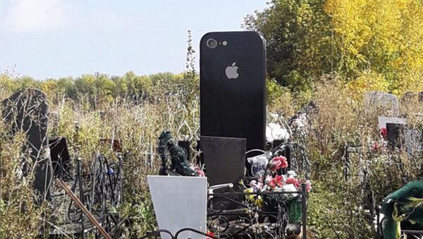 Bia thiết kế hình iPhone trong một nghĩa trang của Nga - Sputnik Việt Nam