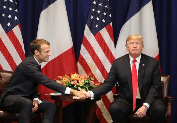 Tổng thống Pháp Emmanuel Macron bắt tay Tổng thống Mỹ Donald Trump trong cuộc gặp ở New York, Hoa Kỳ - Sputnik Việt Nam
