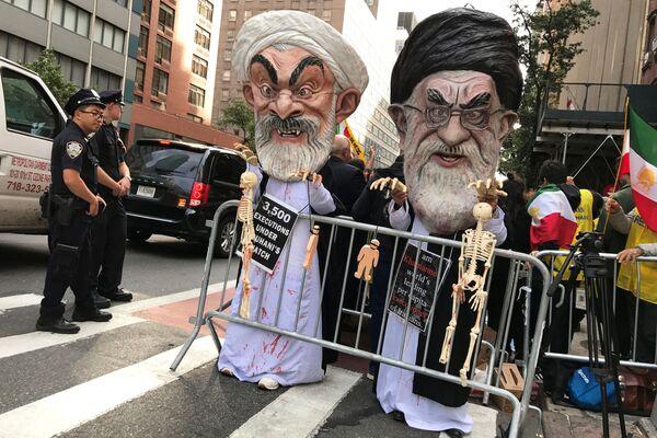 New York: Những người đeo mặt nạ Giáo chủ Ali Khamenei và Tổng thống Iran Hassan Ruhani biểu thị thái độ chống  chính sách của Iran - Sputnik Việt Nam