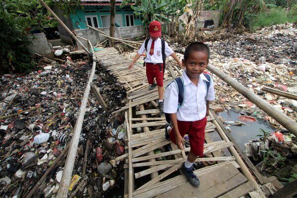 Các học  trò đi cầu tre trên nhánh sông Chiliwong ngập rác ở Indonesia - Sputnik Việt Nam