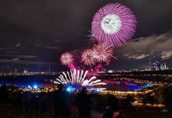 """Lễ bế mạc Liên hoan Quốc tế """"Vòng tròn Ánh sáng"""" trên kênh Grebnyi ở Matxcơva - Sputnik Việt Nam"""