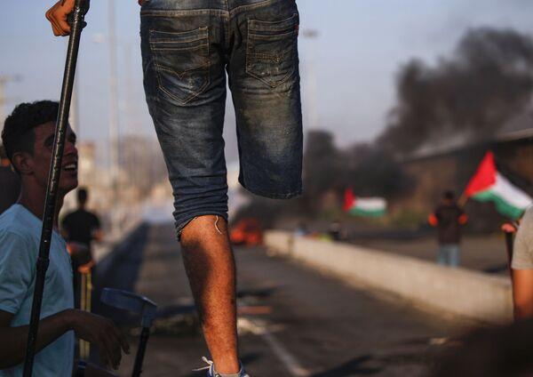 Người Palestine một chân trên chướng ngại vật ở ranh giới giữa Dải Gaza và Israel - Sputnik Việt Nam