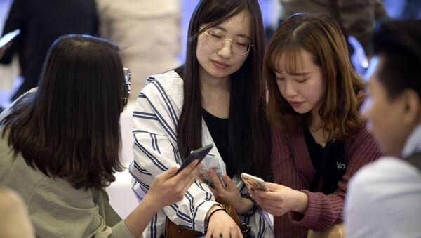 Khách tham quan tại Hội thảo mạng di động toàn cầu ở Bắc Kinh - Sputnik Việt Nam