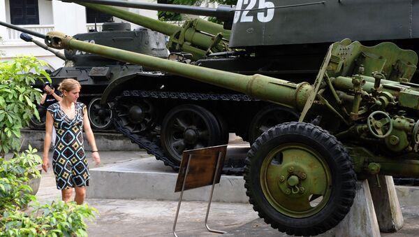 Du khách bên cạnh thiết bị quân sự của Liên Xô được sử dụng trong Chiến tranh Việt Nam tại Bảo tàng Lịch sử Quân sự Việt Nam - Sputnik Việt Nam