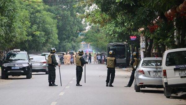 Gần 100 cảnh sát được huy động phong tỏa khu vực đường Hồng Bàng, phường Lê Mao, thành phố Vinh (Nghệ An). - Sputnik Việt Nam