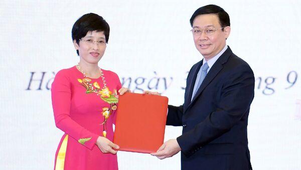 Phó Thủ tướng Vương Đình Huệ trao quyết định cho bà Nguyễn Thị Phú Hà - Sputnik Việt Nam