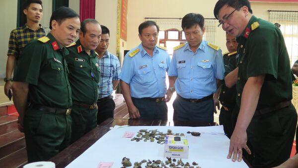 Lực lượng chức năng tìm hiểu các mẫu vật cất bốc được tại Bộ Chỉ huy Quân sự tỉnh Thái Nguyên. - Sputnik Việt Nam