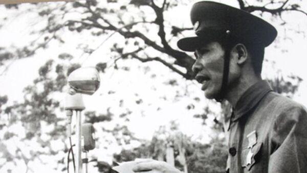 Bí thư Thành ủy, Chủ tịch Ủy ban Quân chính Thành phố Hải Phòng - Đỗ Mười đọc thư của Chủ tịch Hồ Chí Minh gửi đồng bào Hải Phòng trong buổi lễ Quân đội nhân dân Việt Nam vào tiếp quản thành phố ngày 14/5/1955. - Sputnik Việt Nam