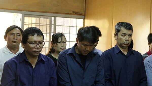 Cựu CSGT Nguyễn Cảnh Chân (đứng giữa, hàng đầu) tại tòa sáng nay. - Sputnik Việt Nam