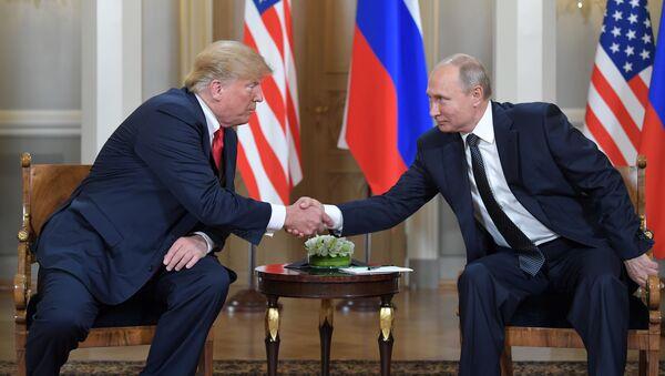 Президент РФ Владимир Путин и президент США Дональд Трамп во время встречи в президентском дворце в Хельсинки - Sputnik Việt Nam