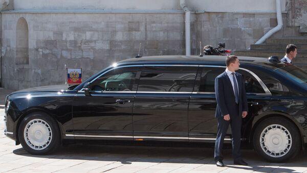 Tổng thống Vladimir Putin xuống cầu thang đến chiếc xe Aurus của đoàn xe Tổng thống LB Nga - Sputnik Việt Nam