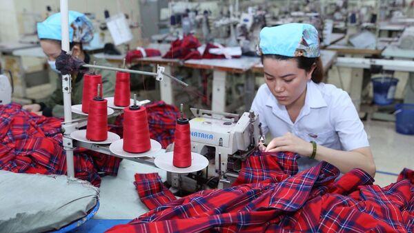 May gia công hàng may mặc xuất khẩu tại Công ty Cổ phẩn May Bình Định. - Sputnik Việt Nam