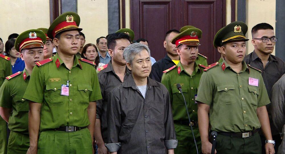Bị cáo Lưu Văn Vịnh (ngoài cùng bên trái) cùng các đồng phạm tại phiên tòa