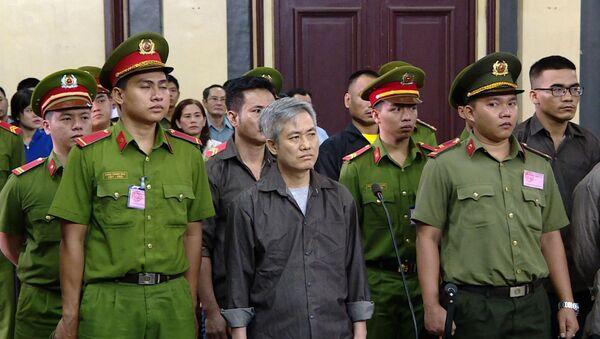Bị cáo Lưu Văn Vịnh (ngoài cùng bên trái) cùng các đồng phạm tại phiên tòa - Sputnik Việt Nam