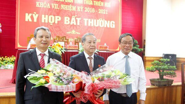 Ông Nguyễn Văn Cao (phải) chúc mừng ông Phan Ngọc Thọ (giữa) là tân Chủ tịch UBND tỉnh Thừa Thiên Huế nhiệm kỳ 2016-2021 - Sputnik Việt Nam