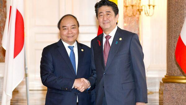 Thủ tướng Nhật Bản Shinzo Abe đón Thủ tướng Nguyễn Xuân Phúc  - Sputnik Việt Nam
