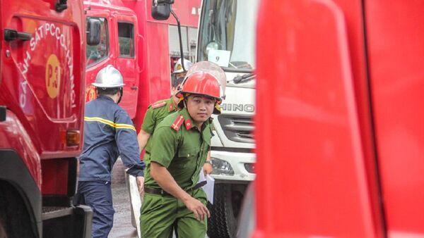Lính cứu hỏa cùng nhiều lực lượng khác được huy động đến hiện trường vụ cháy. - Sputnik Việt Nam