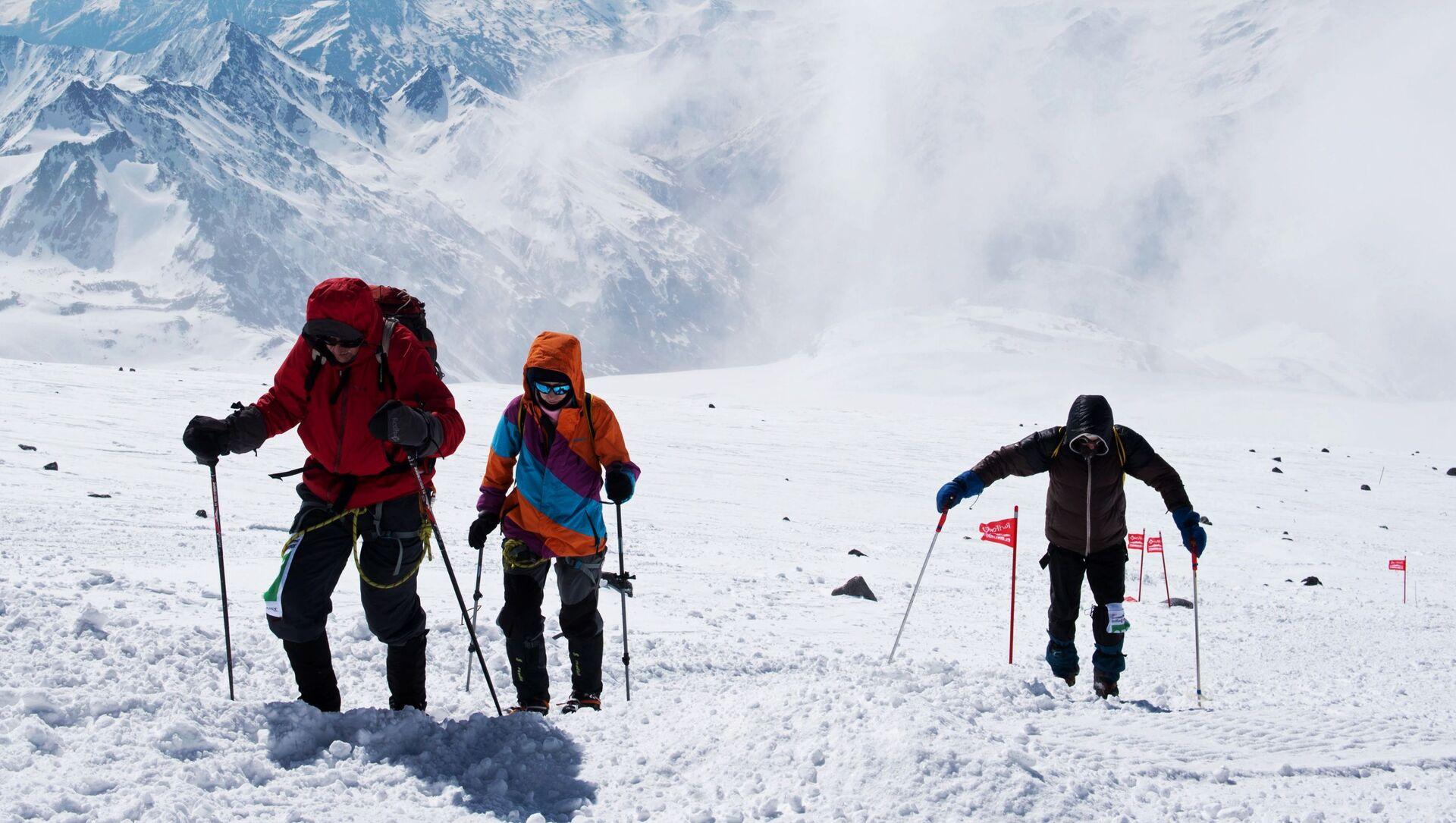 Những người tham gia cuộc leo đỉnh phía tây dãy Elbrus - Sputnik Việt Nam, 1920, 24.09.2021