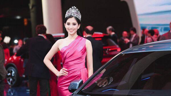 Hoa hậu Tiểu Vy bên xe Vinfast - Sputnik Việt Nam