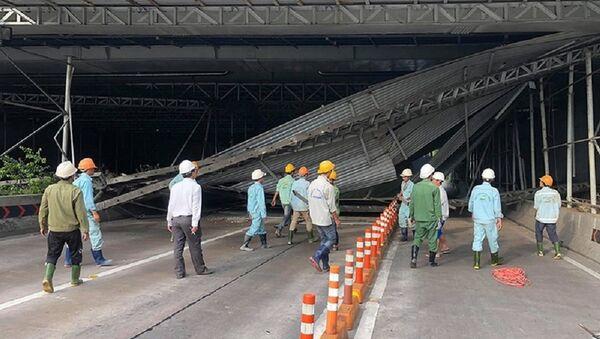 Hiện trường vụ xe tải va chạm khiến giàn giáo công trình ở đầu hầm Thủ Thiêm đổ sập - Sputnik Việt Nam