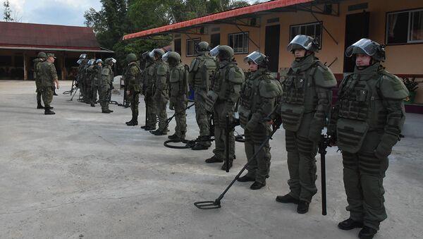 Lính công binh Nga dọn bom do máy bay Mỹ rải trong rừng Lào - Sputnik Việt Nam