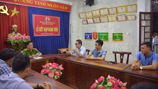 Phóng viên Thanh Ba cùng đồng nghiệp (bên phải) trình bày sự việc tại cơ quan công an - Sputnik Việt Nam
