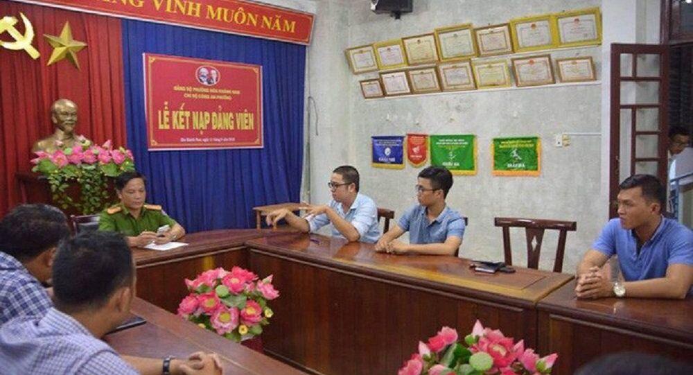Phóng viên Thanh Ba cùng đồng nghiệp (bên phải) trình bày sự việc tại cơ quan công an