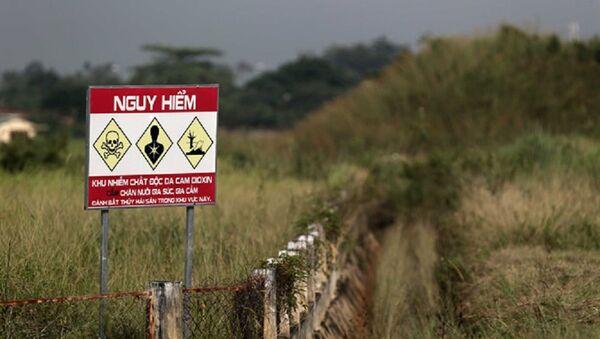 Biển cảnh báo khu vực nhiễm dioxin ở sân bay Biên Hòa - Sputnik Việt Nam