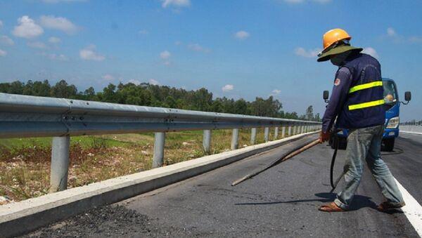 Phun thổi làm sạch mặt đường đoạn đã hoàn thành sửa chữa - Sputnik Việt Nam