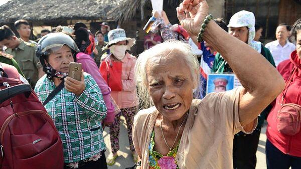 Rất đông người dân Thủ Thiêm đến Trung tâm bồi dưỡng Chính trị quận 2 mong gặp được Chủ tịch TP.HCM Nguyễn Thành Phong - Sputnik Việt Nam